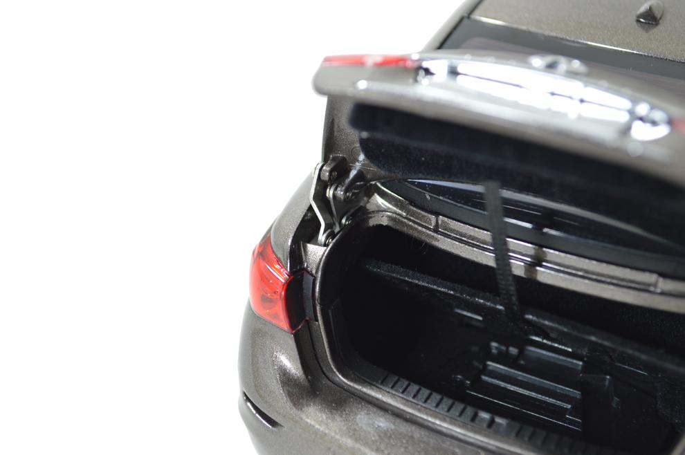 1/18 Scale Infiniti Q50L 2015 Diecast Model Car 11