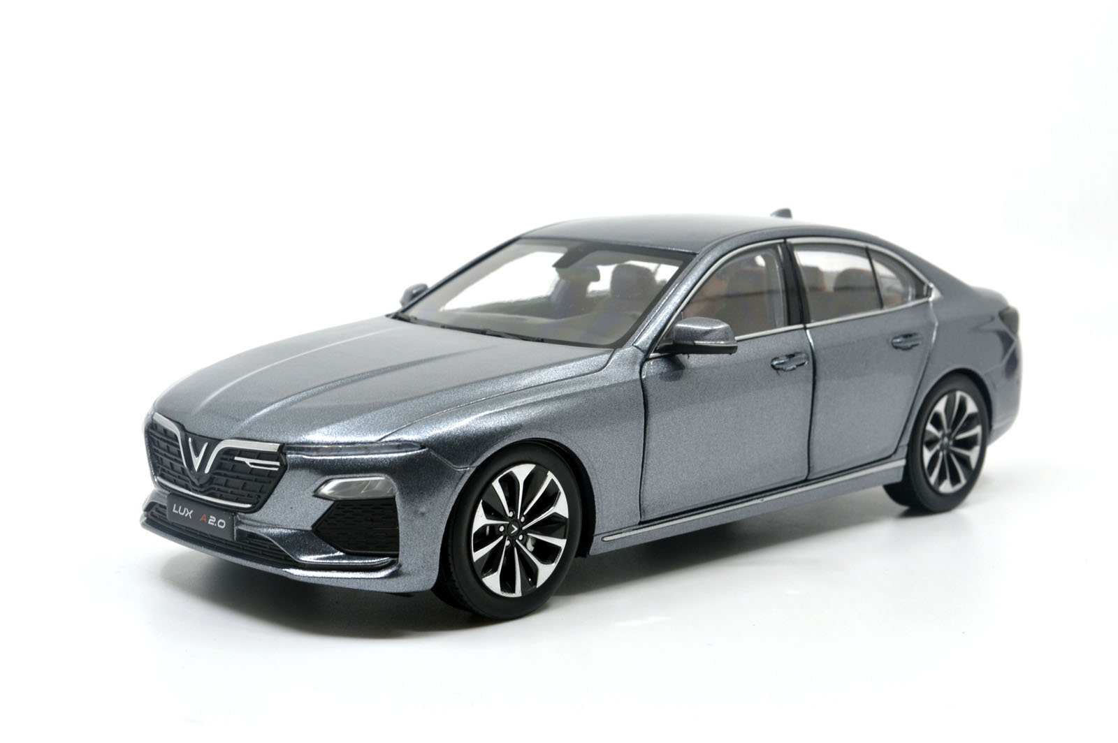 Vinfast LUX A2.0 SEDAN MODEL CAR 1/24 SCALE 5