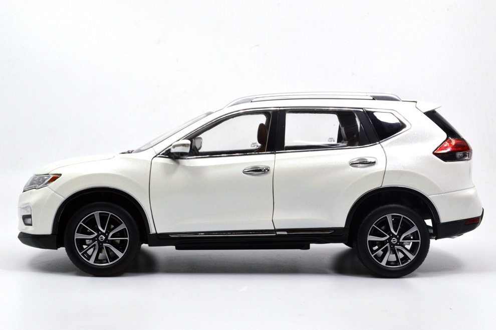 1/18 nissan rogue white side